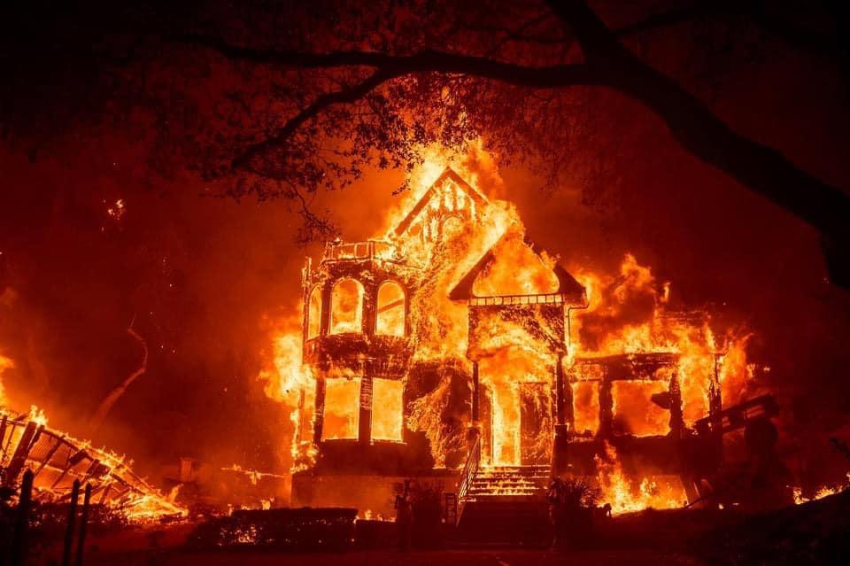 Edificio in fiamme a Napa