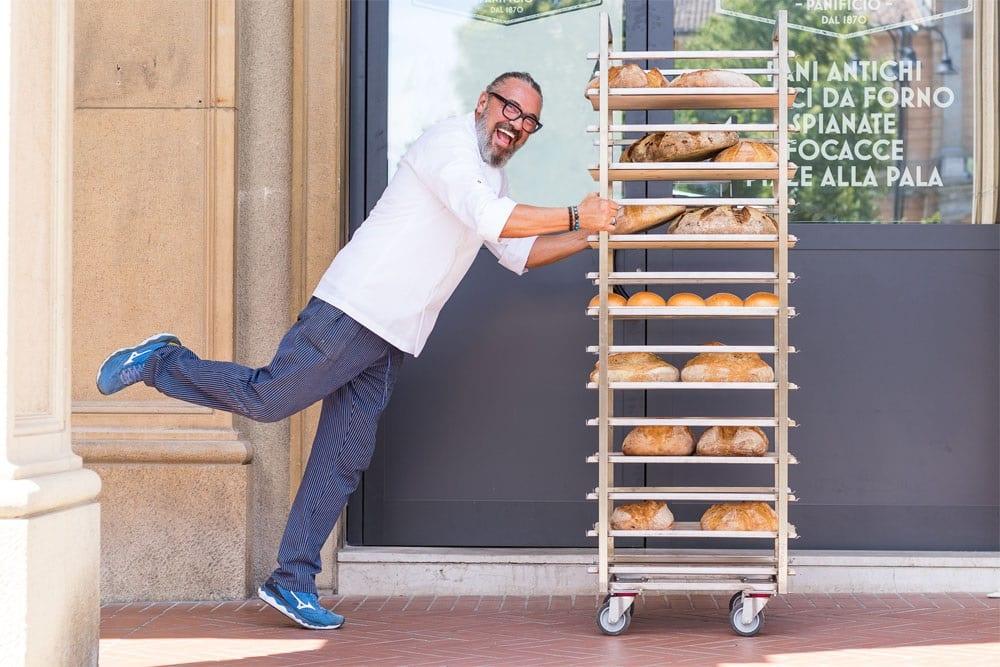 Ezio Rocchi con carrello di pane