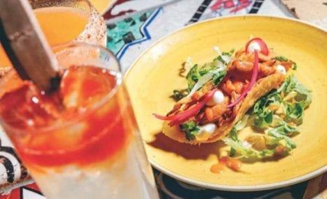 Cocktail bar con cucina. un piatto e un drink