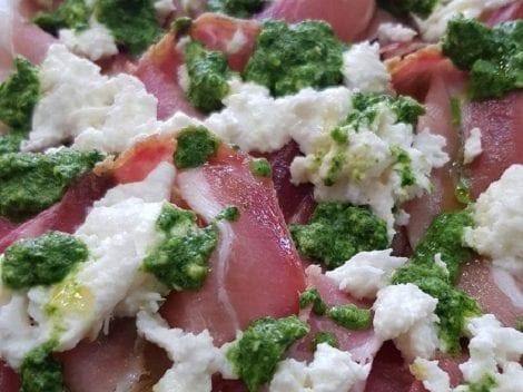 La pizza alla pala stracciatella e pesto di Pino Arletto