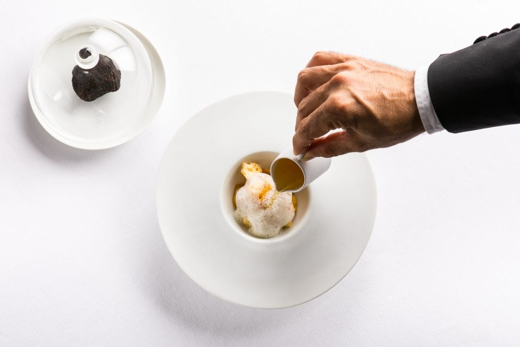 Plin di parmigiano, consomme di manzo e tartufo nero. Andrea Antonini Imago. Foto Alberto Blasetti