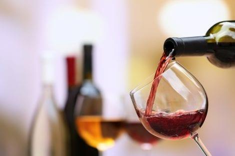 vino versato in calice