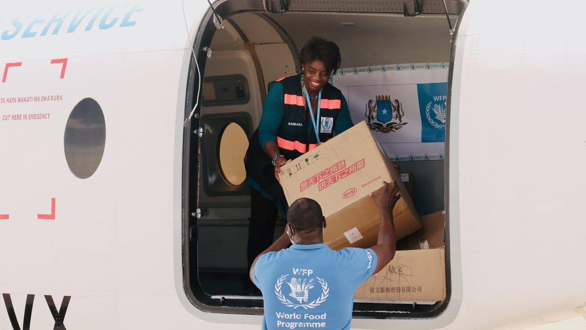 Consegna dei pacchi del WFP in aereo