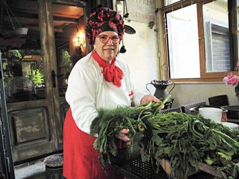 Anna Dente all'entrata dell'Osteria di San Cesario