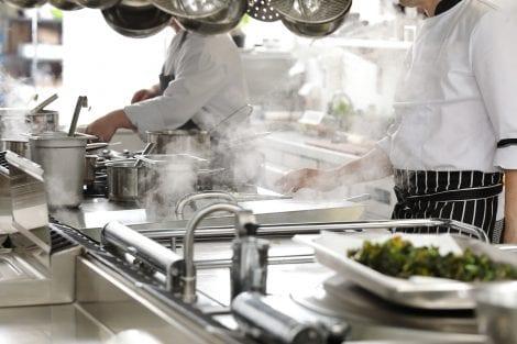 Al lavoro nella cucina di un ristorante