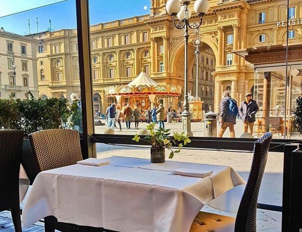 Tavolo nel dehors dell'hotel Savoy a Firenze