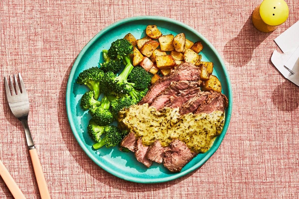 Un piatto di carne con broccoli e patate