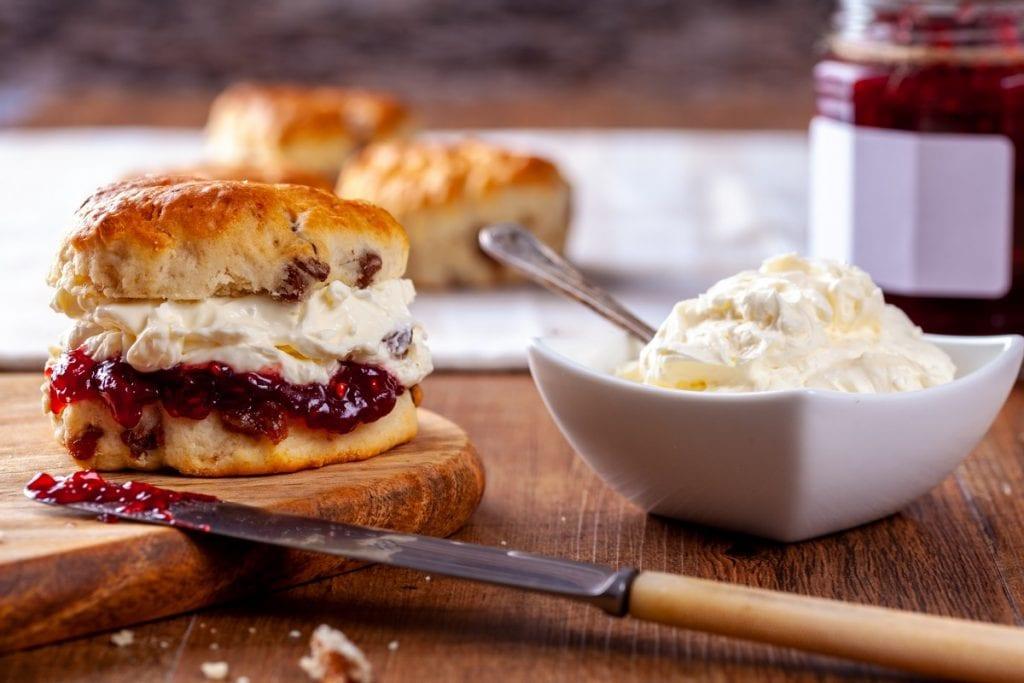 scones con clotted cream e marmellata