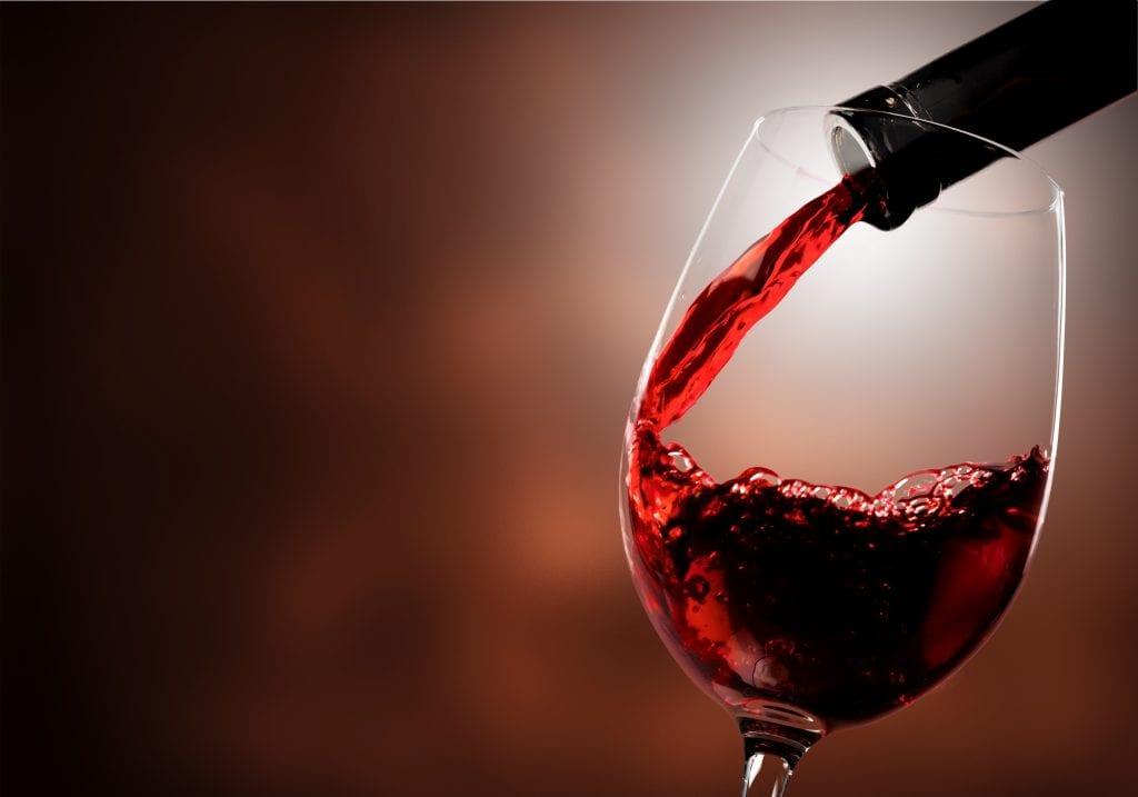 vino rosso versato in calice