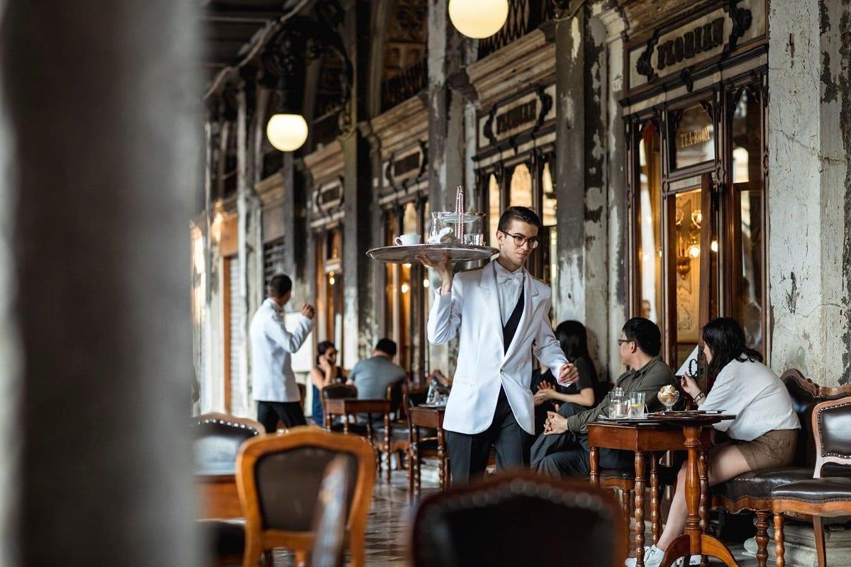 Servizio sotto i portici del Caffè Florian