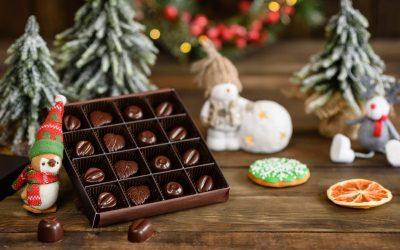 scatola di cioccolatini con sfondo natalizio