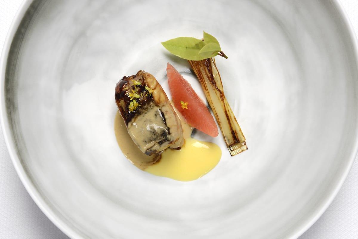 anguilla del Delta del Po steccata con lardo di Colonnata e leggermente caramellata, con arance di Sicilia e polline di finocchietto. il luogo aimo e nadia