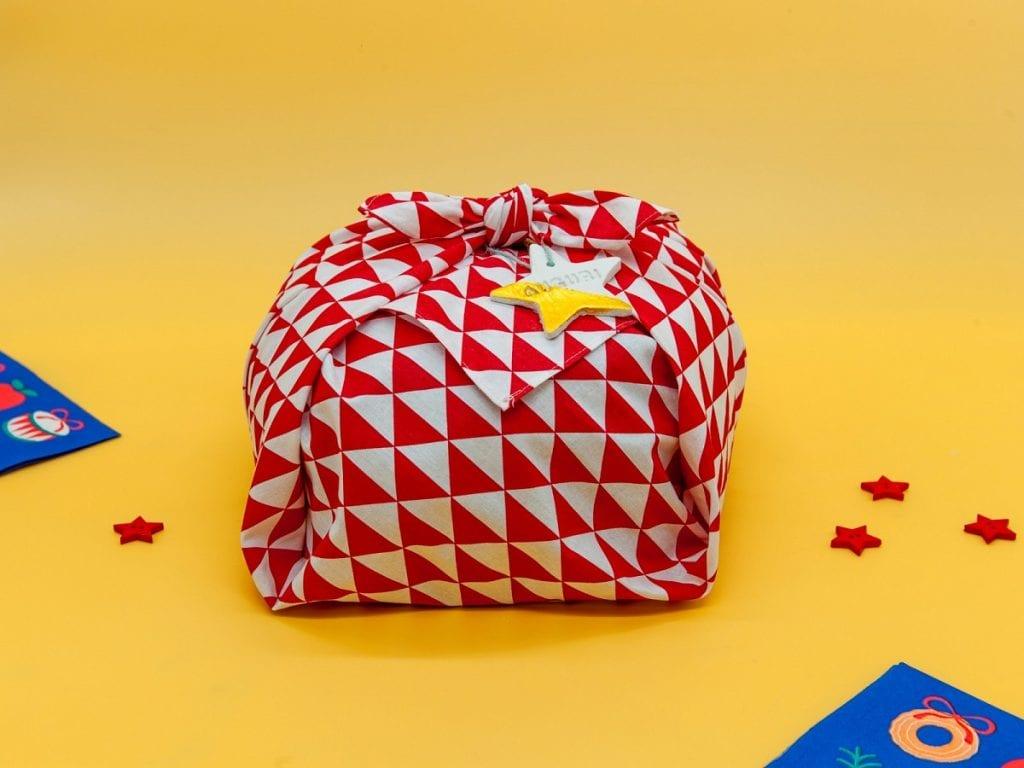 Il panettone giapponese incartato in stoffa furoshiki