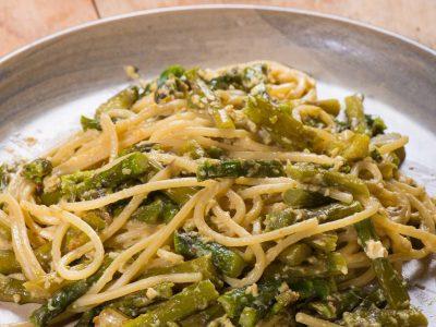 Spaghetti alla chitarra con asparagi e crema d'uovo