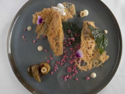 Triglia croccante con foie gras al Marsala, lamponi e nocciole