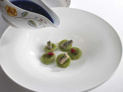 Ravioli di anguilla in brodo di miso e caviale