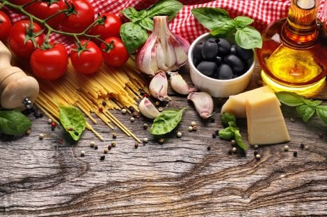 alimenti tipici dieta mediterranea su tavolo di legno