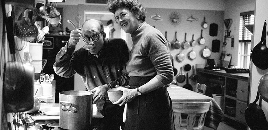 Julia e Paul Child in cucina