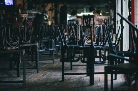 Sedie e tavoli ammassati in ristorante chiuso