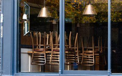 Sedie sul banco di un ristorante chiuso