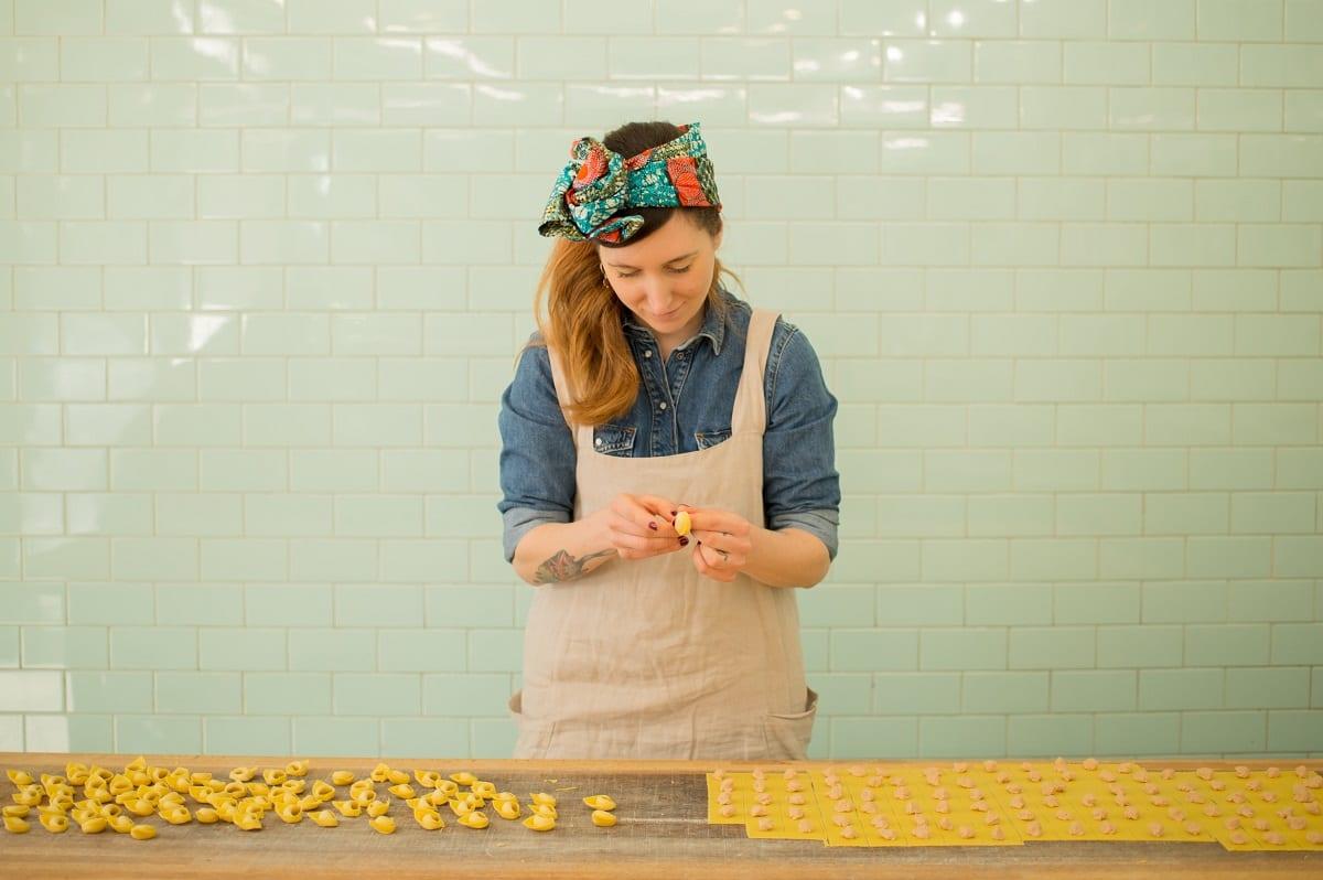 Francesca Guastella con le mani in pasta