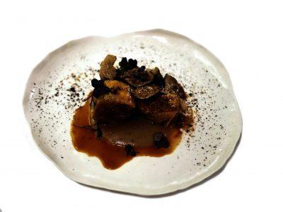 Faraona disossata con topinambur, tartufo nero, cavolo nero e caffè di Fabrizio Mantovani