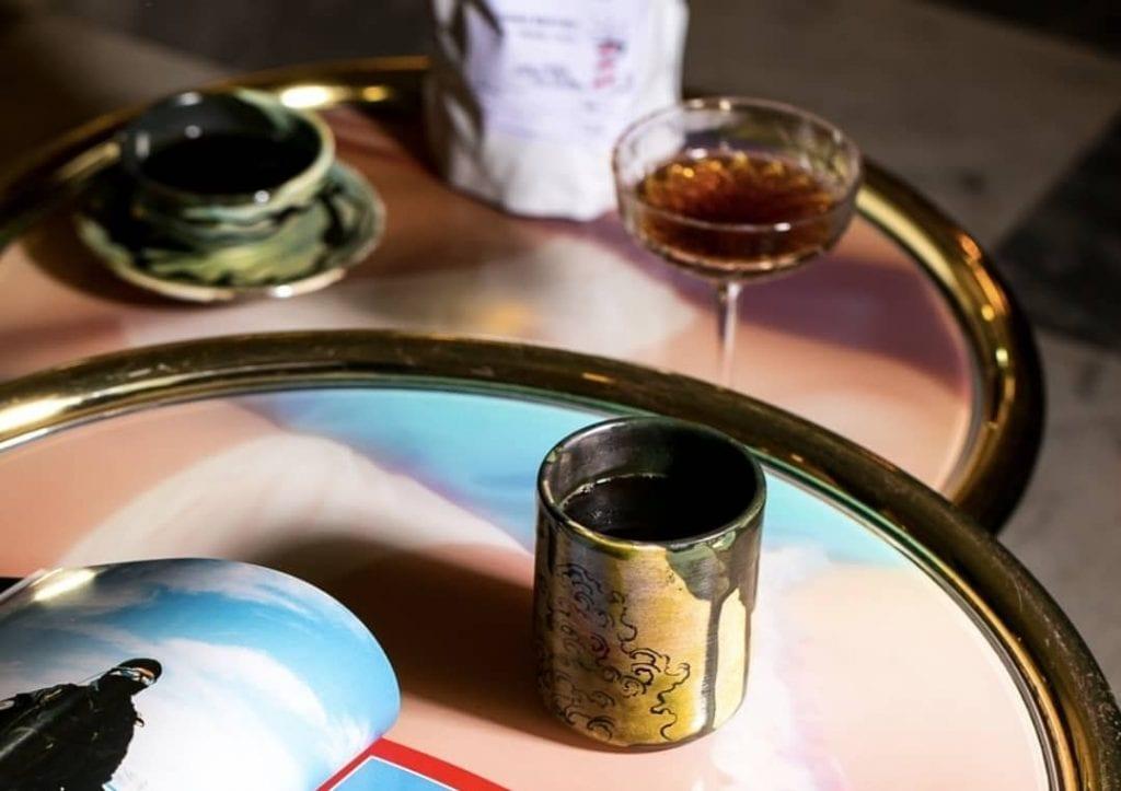 tavolo con bicchiere di caffè