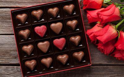 scatola di cioccolatini a cuore e rose rosse