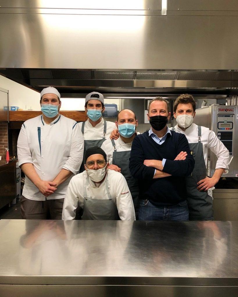 Lorenzo Cogo con la squadra del Bistrò dal Cogo