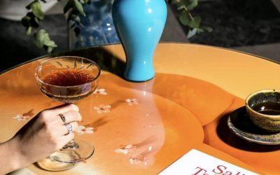 tavolo con riviste e caffè