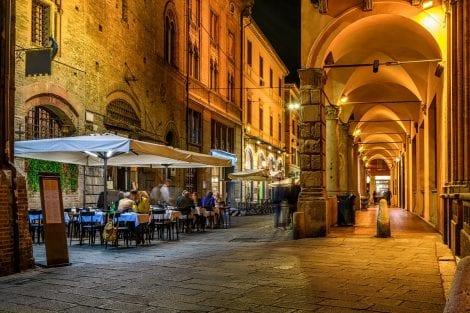 Tavoli all'aperto a Bologna di sera