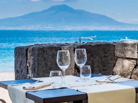 La vista sul Vesuvio dai tavoli dell'Axidie Resort