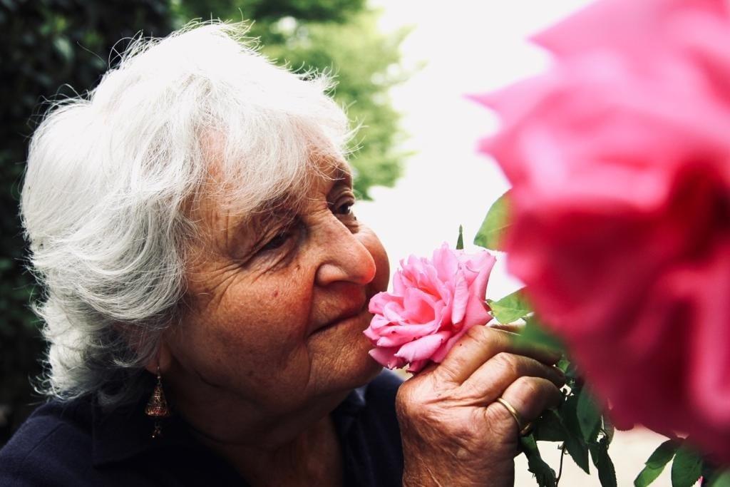 Anna Peyron annusa una rosa
