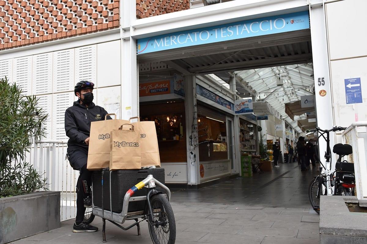 Rider in bici con buste della spesa MyBanco
