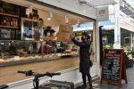 Rider ritira cibo al mercato di Testaccio