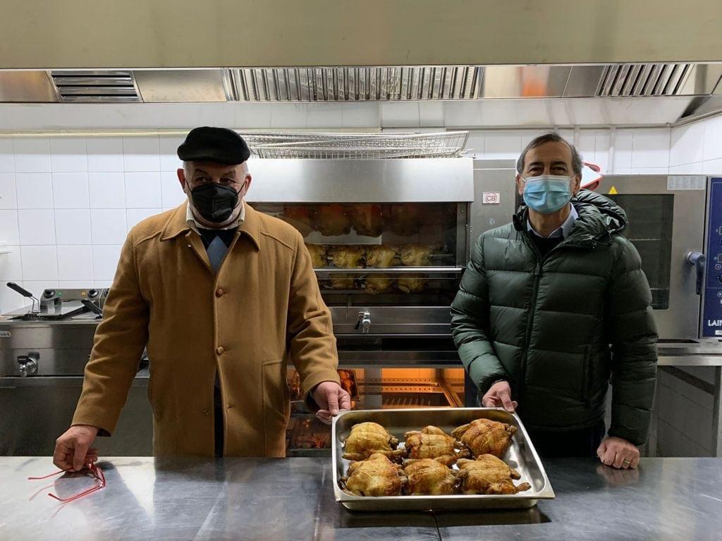 Gianni Marelli con Beppe Sala nella cucina di Pollo Volante