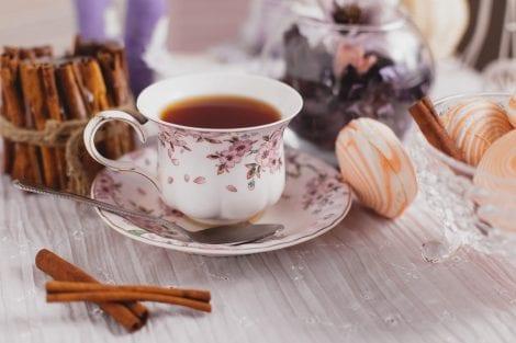 tazza di porcellana con tè