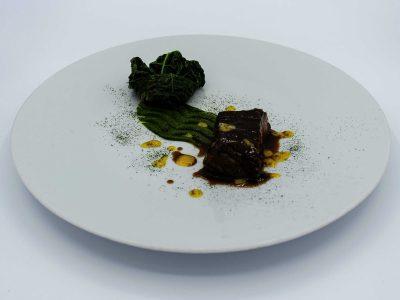 """Guancetta di Mora romagnola, cavolo nero e salsa """"nobis"""""""