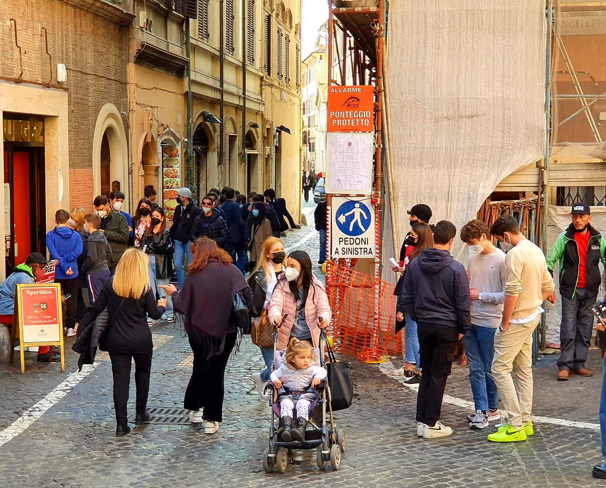 La fila davanti a Burgez Roma
