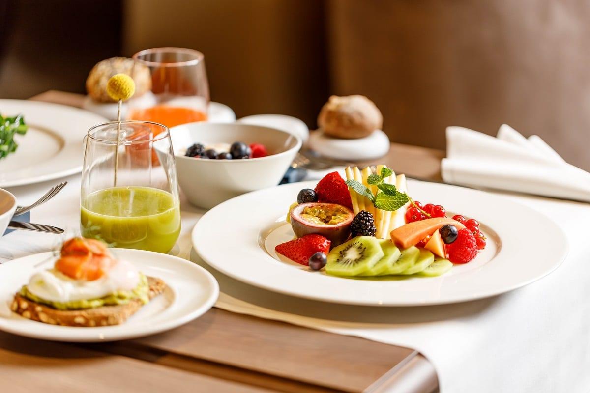 La colazione con frutta e avocado toast al Caffè Doria