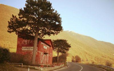 Una casa cantoniera lungo la statale dell'Appennino abruzzese