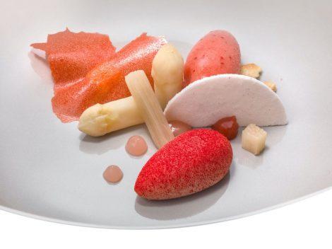 Composizione di fragole e fragoline con rabarbaro e asparagi bianchi alla vaniglia - Heinz Beck -JANEZ PUKSIC