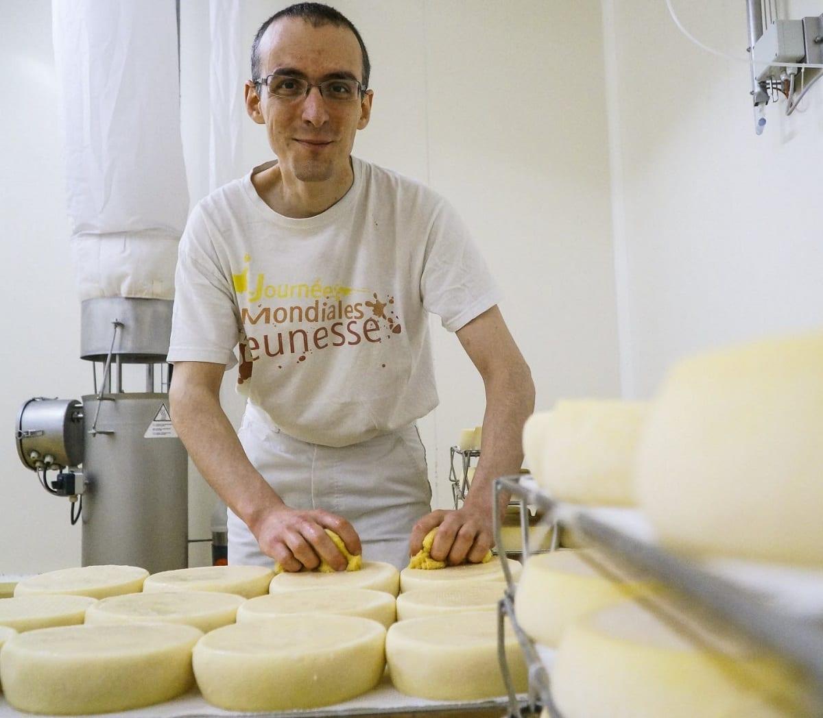 Monaco di Citeaux fa il formaggio