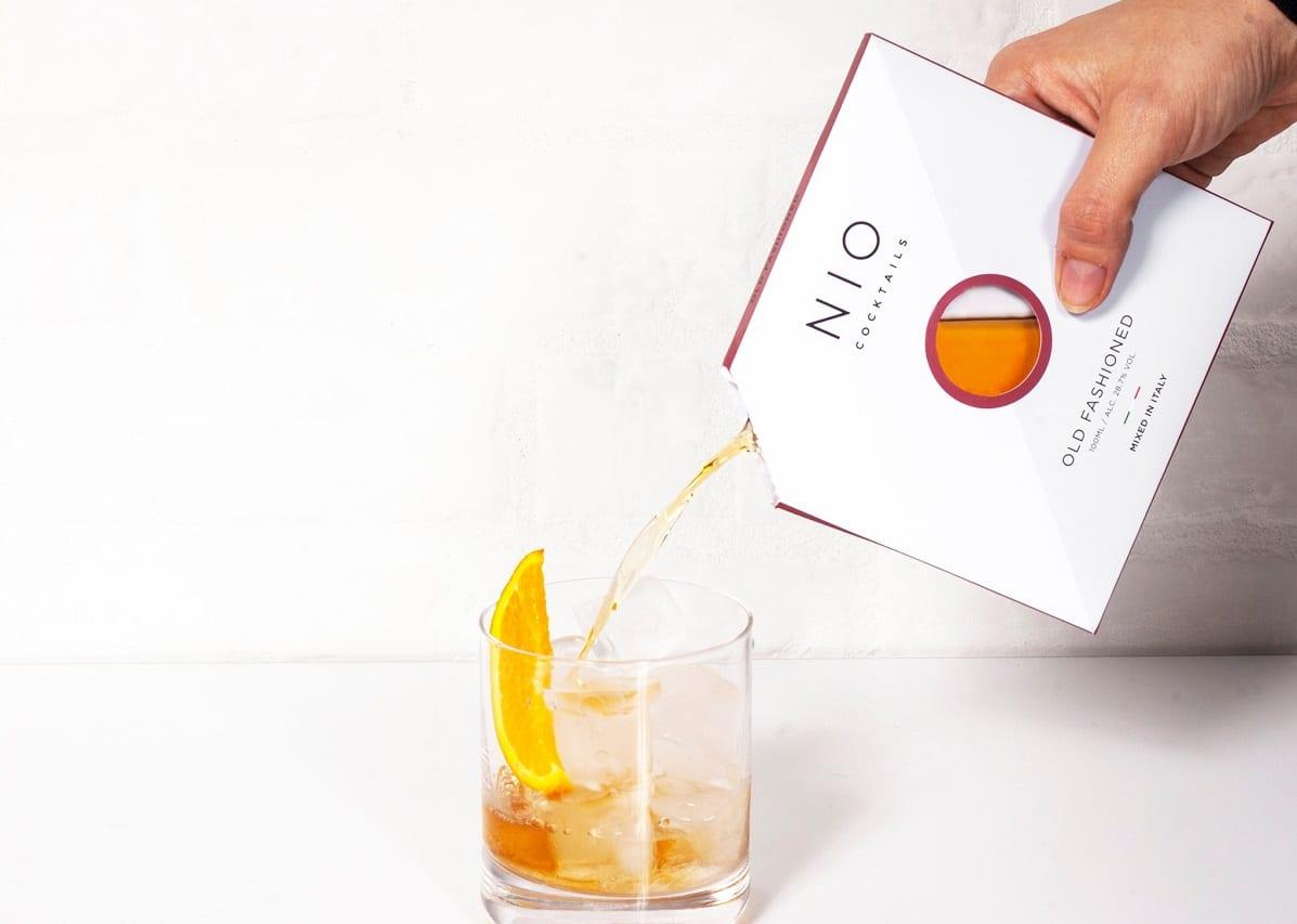 Cocktail Nio versato in bicchiere