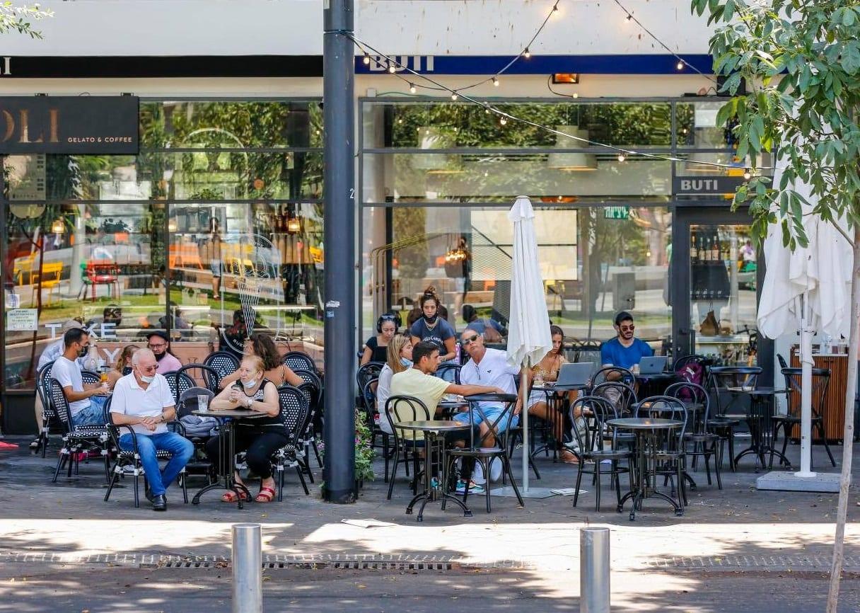 Il dehors di un bar aperto a Tel Aviv