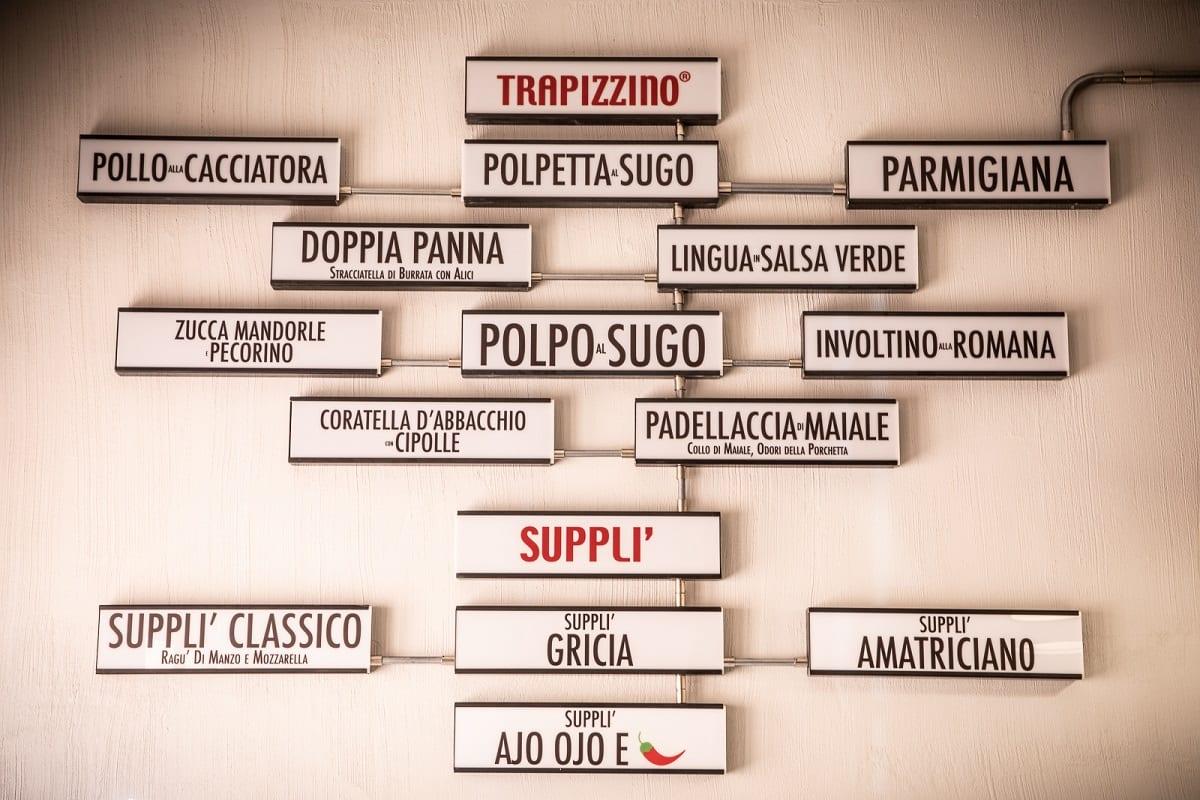 Il menu di Trapizzino con insegne alla parete