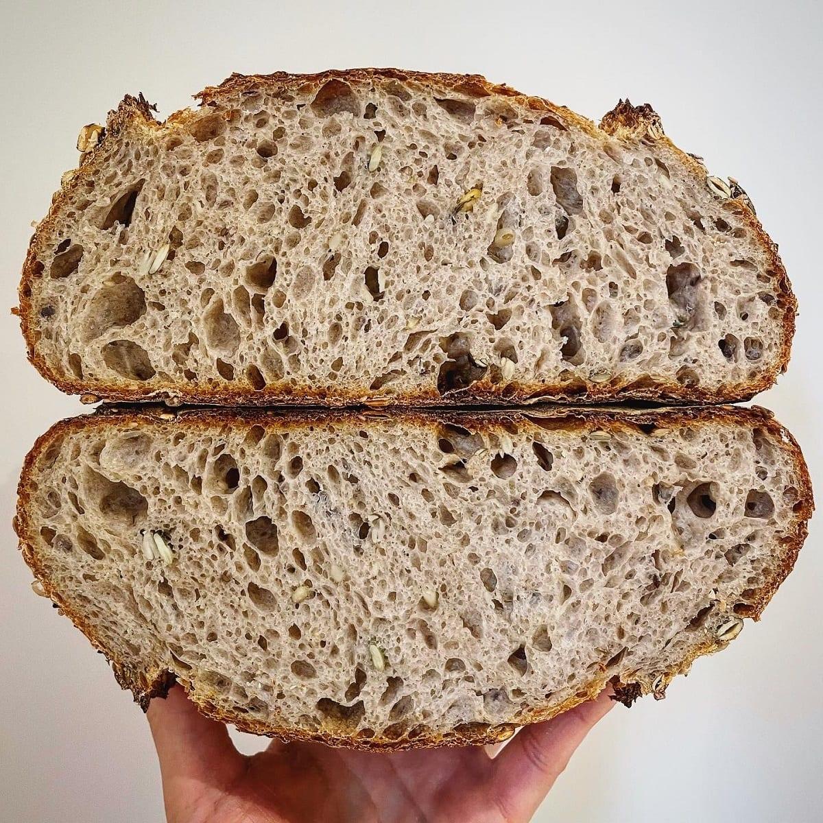 Pane ai cinque cereali tagliato a metà