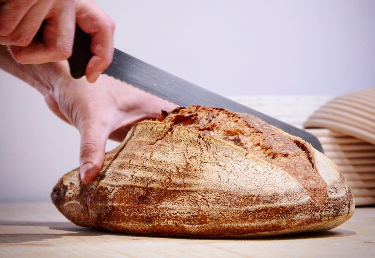 Taglio del pane di campagna