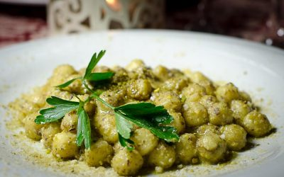 Un piatto di gnocchi con pesto vegetale