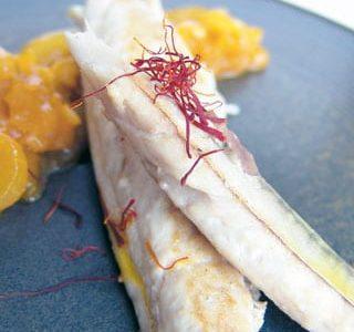 Sgombro arrostito con cipolla allo zafferano